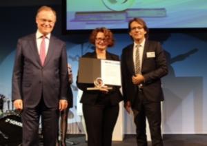 Silvia Beckhaus wird von Ministerpräsident Stephan Weil und Dr. Joachim Kreuzburg geehrt