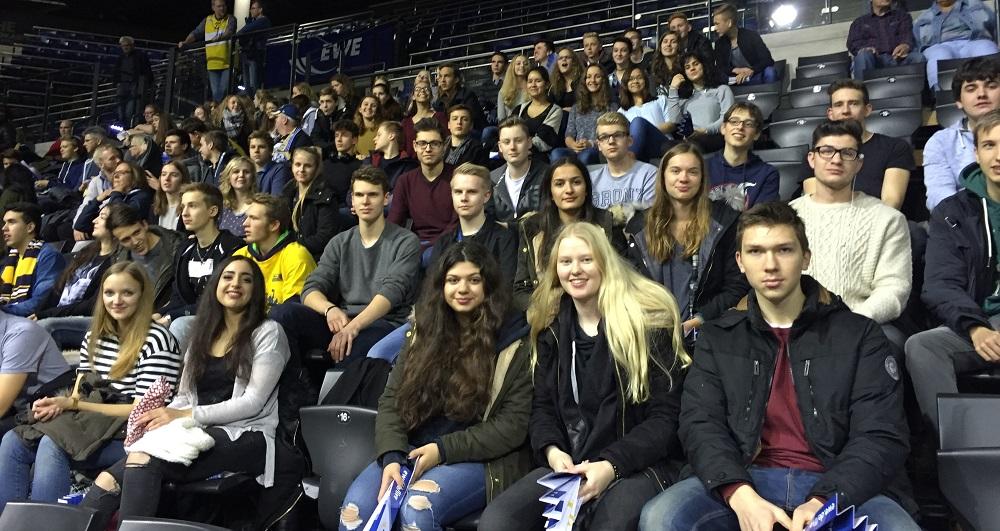 72 Schülerinnen und Schüler beim Spiel der EWE-Baskets