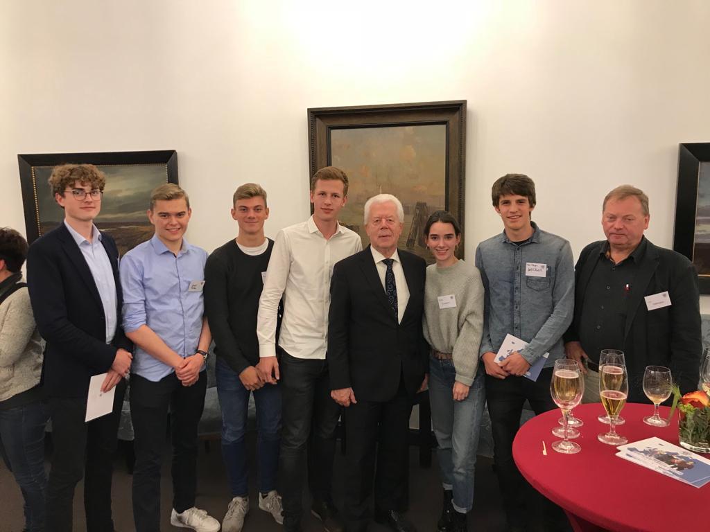 """Wirtschaftskurs besucht """"Kleinen Kreis"""" und trifft Udo von Kampen"""