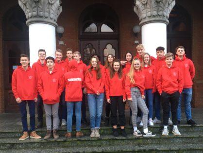 Schulsanitäter dank Förderverein in leuchtendem Rot